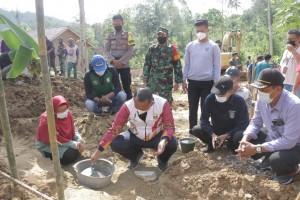 Warga Wates Selatan Gotong Royong Bangun Rumah Warga Tak Mampu