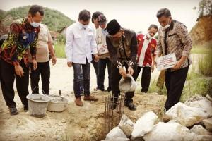 Wabup Pringsewu Pancang Perdana Pemasangan Lampu PJU Tenaga Surya