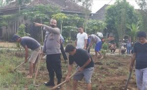 Polsubsektor Pantura Gelar Gotong Royong Di Pekon Kamilin