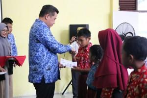 Bupati Dendi dan BAZNAS Beri Bantuan Beasiswa Murid Berprestasi Zona II