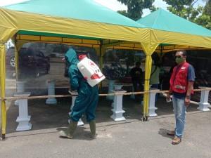 Persiapan Festival Inovasi Kewirausahan PMI Gandeng PWI Pringsewu Lakukan Penyemprotan Disinfektan.